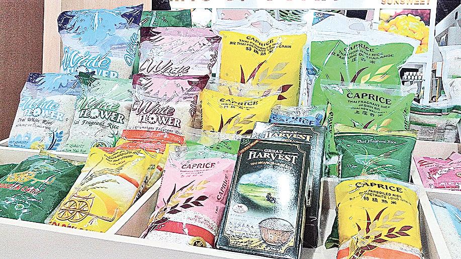 泰國曼谷當地販售的各種米品牌。