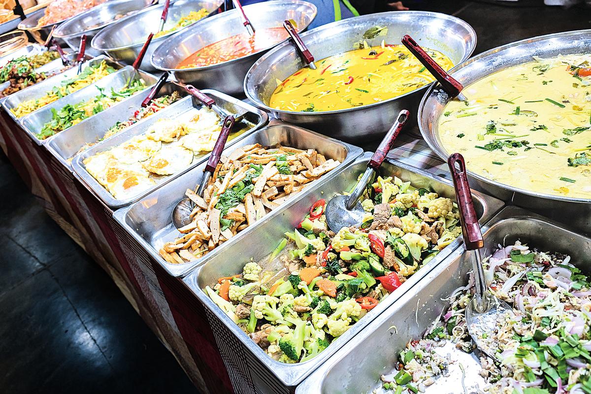 泰國小吃攤,販售不同種類的菜餚。