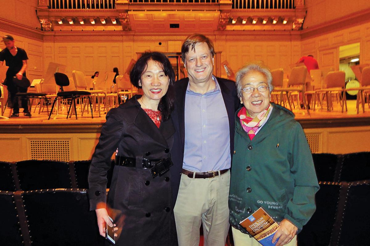 2. 哈佛大學醫學院生物化學與分子藥理學系教授Wu Hao(左)與母親和科學家丈夫 Richard Maas。(蘇菲/大紀元)