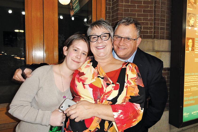 3. 交響音樂廳常客Bob Weldon與太太 Elizabeth Weldon和女兒。(蘇菲/大紀元)