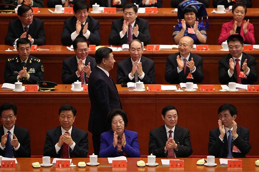 在中共「十九大」閉幕儀式上新常委王滬寧(前排右一)。(Lintao Zhang/Getty Images)