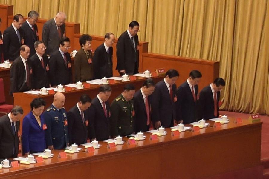 在中共「十九大」的開幕儀式上,汪洋(右六),趙樂際(右四),栗戰書(右三),韓正(右二)坐在主席台第一排的最右側。(NICOLAS ASFOURI/AFP/Getty Images)