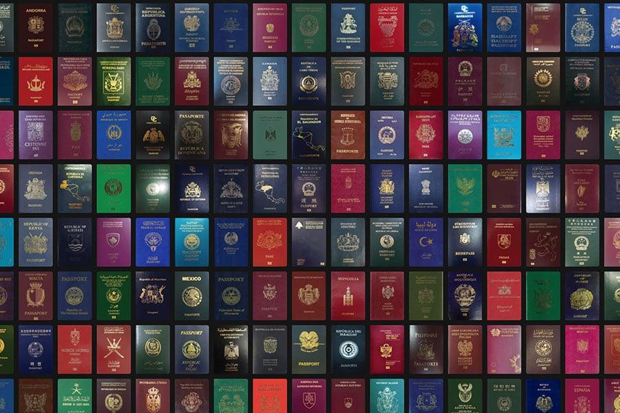 最新護照排名顯示,香港護照享有142個國家免簽證,排名16、台灣排32、澳門排32、中國大陸則排名67。(passportindex.org網頁擷圖)