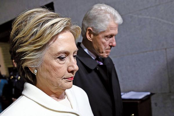 前美國國務卿希拉里近期醜聞頻傳,包括被揭發其陣營在去年大選期間出資請人撰寫攻擊總統特朗普的文件。(Getty Images)