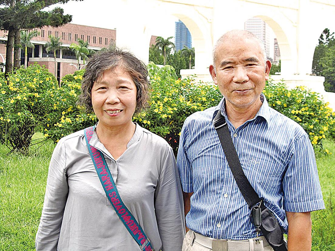 魏紹寬與妻子秀琴修煉法輪功之後身強體健。(明慧網)