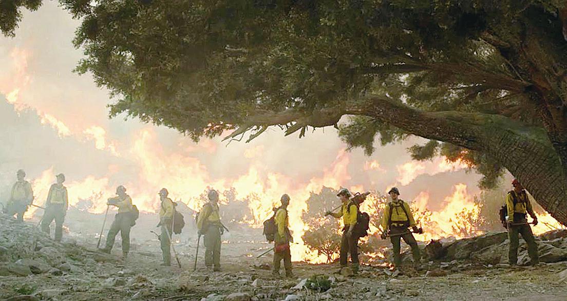 野外山風的風速和方向隨時變化,出現突變,消防員便處在生死一線,背後的火舌瞬間便會將他們吞滅。