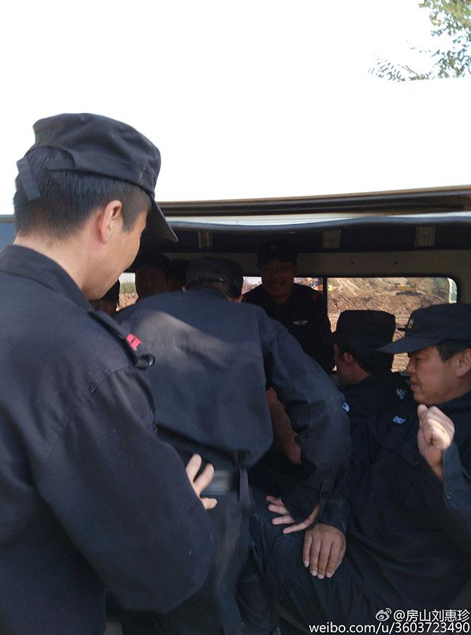 當局出動三十多人抓走劉惠珍,繼續拆屋。(劉惠珍微博)