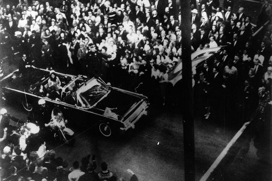 周四(10月26日),全美都在等待美國檔案館公佈最後一批前總統甘迺迪遇刺機密文件,但人們能從這些文件中獲得何種真相,尚未可知。圖為1963年11月22日,甘迺迪遇刺前。(Keystone/Getty Images)