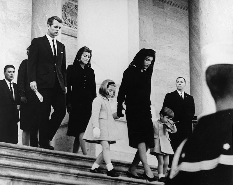 甘迺迪總統夫人傑奎琳帶著孩子離開甘迺迪葬禮現場。(維基百科)