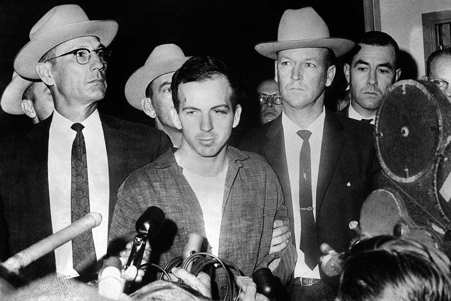 曾經叛逃前蘇聯的美國人李哈維・奧斯瓦爾德(Lee Harvey Oswald,中)被認定是凶手。(STRINGER/AFP/Getty Images)