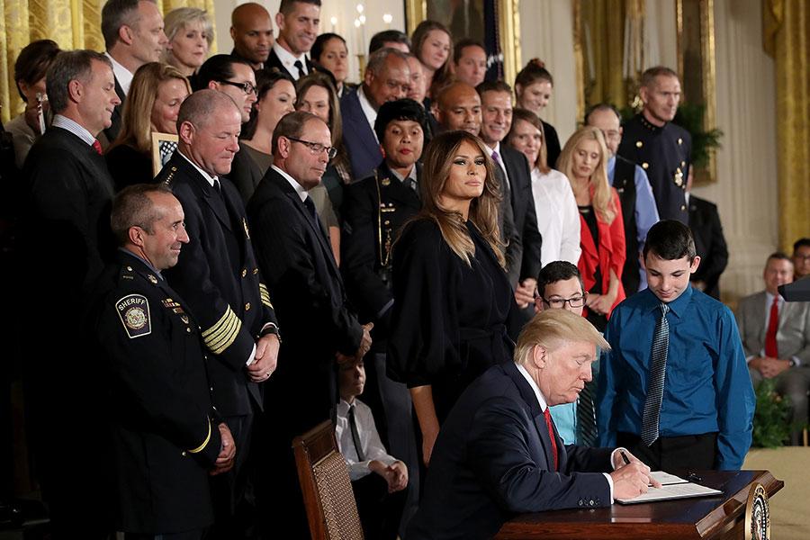 特朗普總統周四(10月26日)表示,美國社會鴉片流行是「國家恥辱」和「人類悲劇」,並宣佈進入「公共衛生緊急狀態」,承諾提供聯邦資源對抗鴉片流行。(Spencer Platt/Getty Images)
