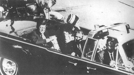 約翰・甘迺迪總統遇刺前與夫人傑奎琳・甘迺迪在車上。(網絡圖片)