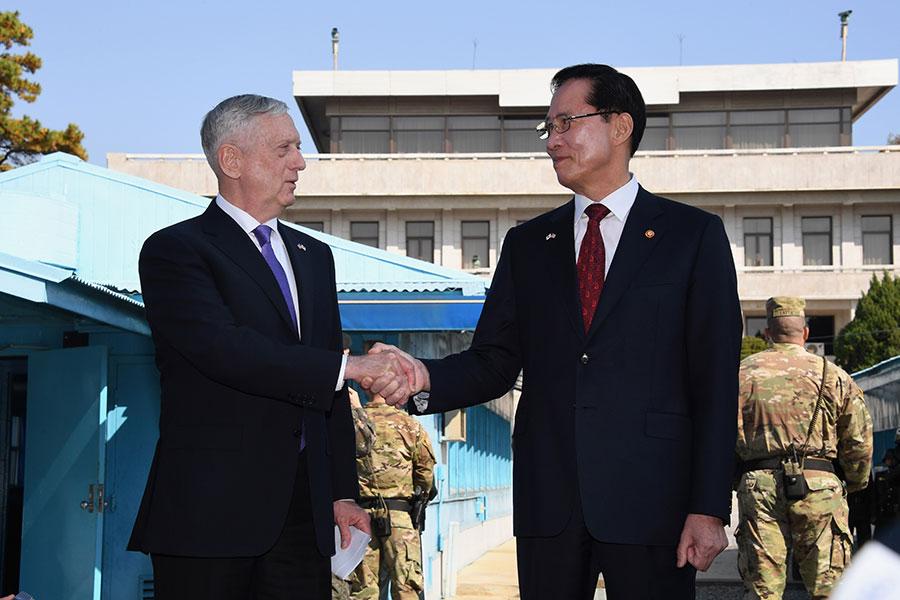 美國國防部長馬蒂斯(左)與南韓國防部長宋永武周五一起視察了板門店。(JUNG YEON-JE/AFP/Getty Images)