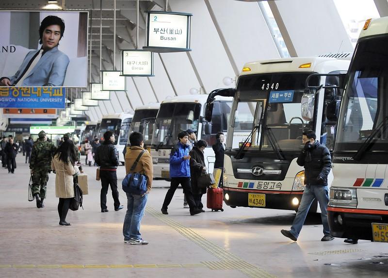 圖為中國遊客赴南韓旅遊、購物。(JUNG YEON-JE/AFP/Getty Images)