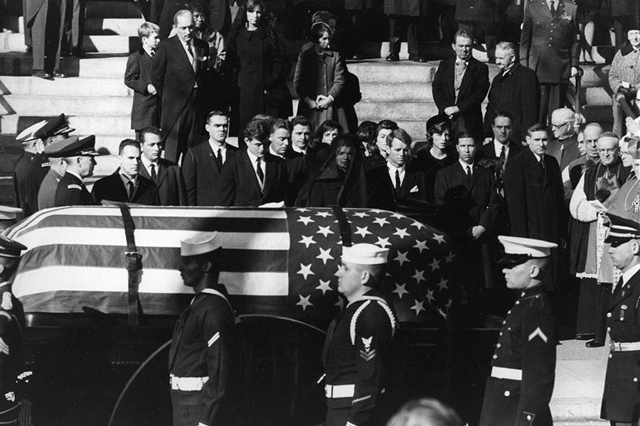 根據美國國家檔案館官網公佈的解密文件,總統甘迺迪被暗殺前25分鐘,一位匿名者致電一家英國地方媒體,並告知美國「將發生大事」。(Keystone/Getty Images)