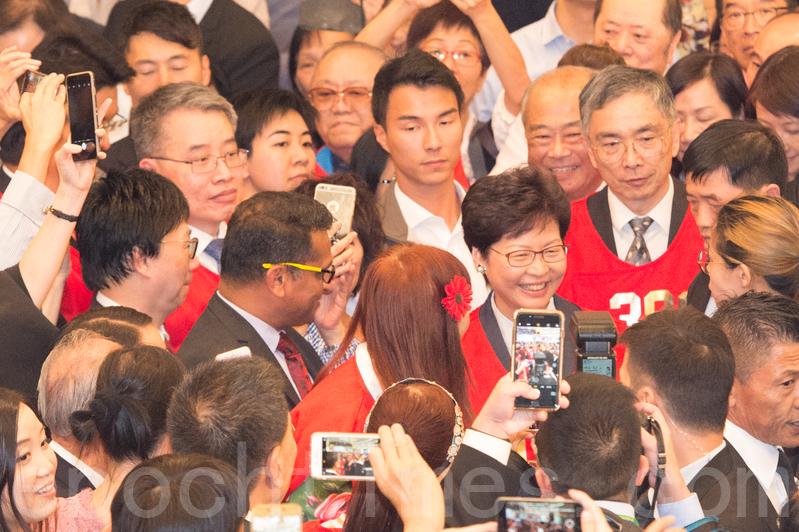 多位高官包括特首林鄭月娥出席告別儀式,當中林鄭更獲贈編號001的紅色背心。(郭威利/大紀元)