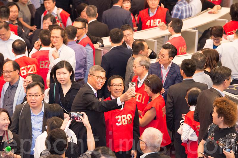 有出席者與證監會主席唐家成自拍合照。(郭威利/大紀元)