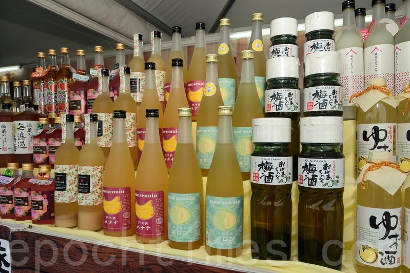 有參展商帶來不同種類的日式水果酒。(宋碧龍/大紀元)