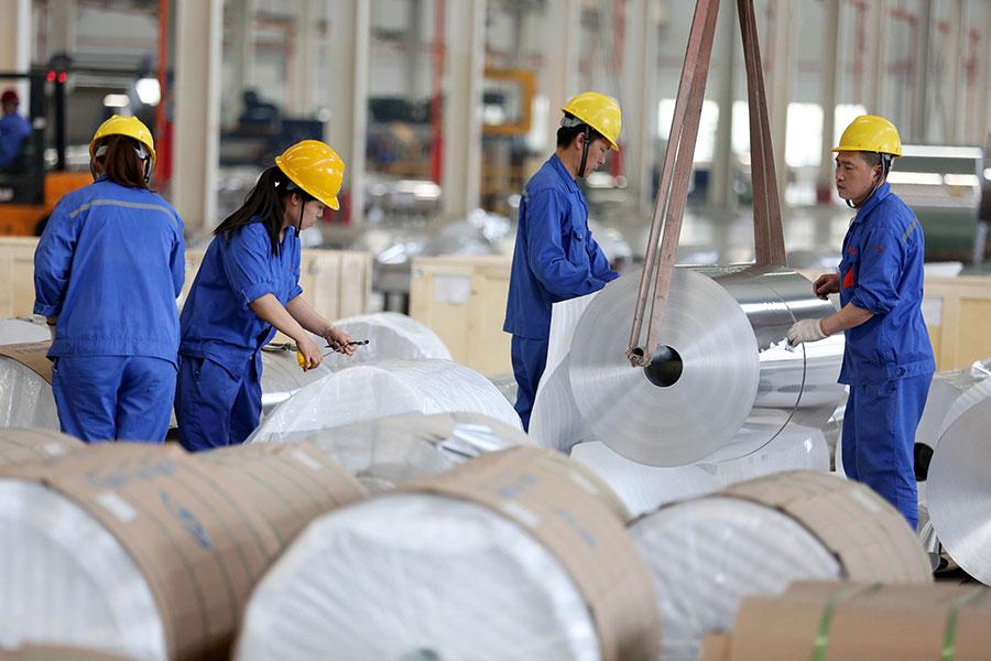 周四,美國國際貿易委員會(USITC)確認自中國大陸進口的鋁箔對美國產業構成實質損害,商務部將在近日發佈命令,對中國鋁箔徵收累計高達約188%的雙反稅,實施期限為五年。(STR/AFP/Getty Images)