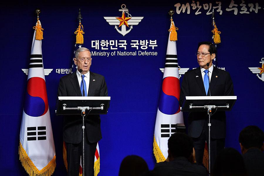 星期六(10月28日),馬蒂斯在首爾和南韓防長宋永武(Song Young-moo)共同舉行新聞發佈會。(Song Kyung-Seok-Pool/Getty Images)