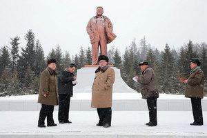 民怨沸騰 北韓金家銅像遭臭蛋襲擊