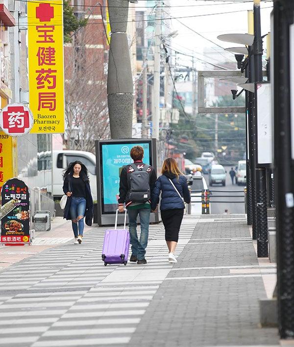 中共中共「十九大」後,限韓令出現明顯解凍徵兆。而之前因薩德問題,南韓飽受經濟報復。圖為今年3月16日,中共限韓令正式發酵的第二天,平素擠滿中國遊客的濟州寶健路變得一片冷清。(newsis)