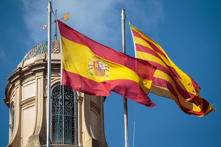 圖為懸掛在加泰羅尼亞議會大樓上的西班牙國旗和加泰羅尼亞旗幟。(Jack Taylor/Getty Images)