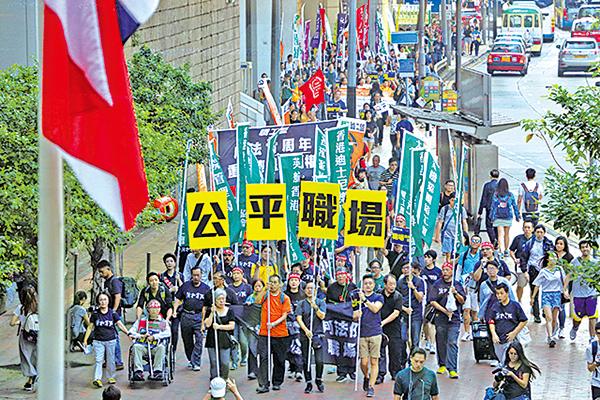 昨日下午約300人由終審法院遊行至政府總部。有參與的工會代表說,集體談判權可令工人有議價能力,與僱主協商,得出互相接受的方案。(蔡雯文/大紀元)
