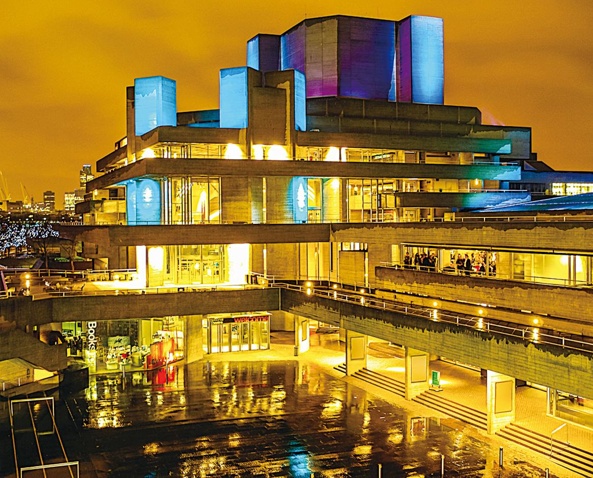 入夜後,英國國家劇院燈火齊明,流光溢彩,展現出迷人的夜景。(維基百科)