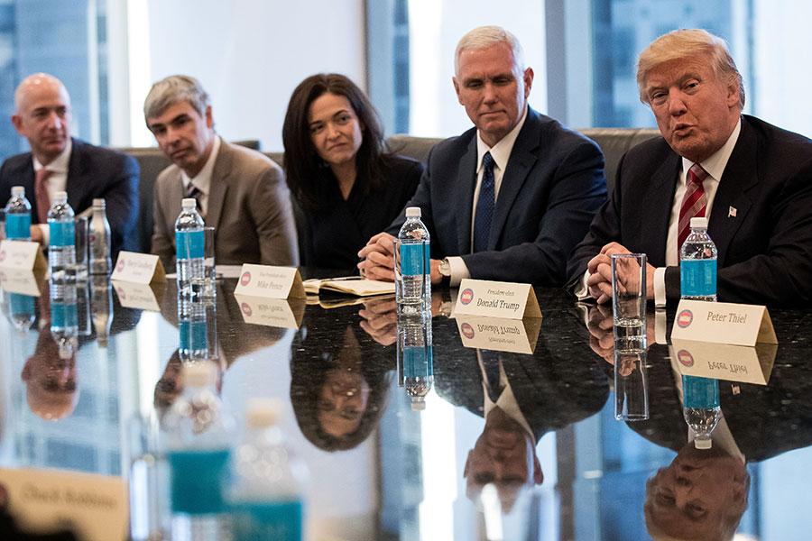 2016年12月14日,特朗普在當選美國總統後,首次在紐約會見美國科技界領袖,討論美國就業及勞工發展等話題。(Drew Angerer/Getty Images)