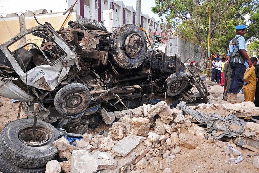 索馬里首都一間酒店於10月28日遭到激進組織青年黨的貨車炸彈襲擊,激進份子衝進酒店挾持30多名人質,與安全部隊對峙十小時後被擊斃及逮捕,此次攻擊造成25死、30傷。(MOHAMED ABDIWAHAB/AFP/Getty Images)