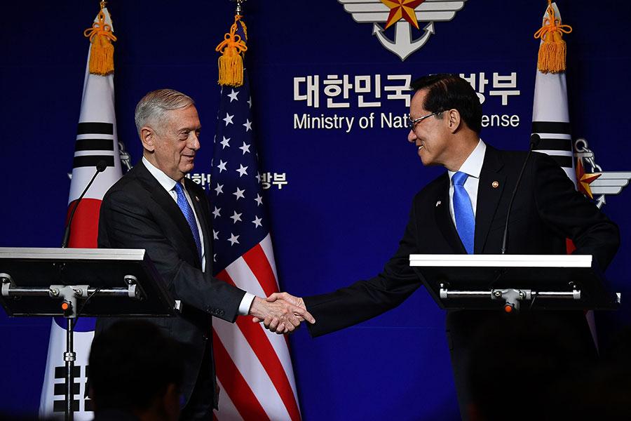 美韓兩國防長周六(10月28日)在首爾舉行第49屆美韓安保會議(SCM),雙方商定在南韓部署更多美軍戰略武器,以應對北韓的挑釁。(Song Kyung-Seok-Pool/Getty Images)