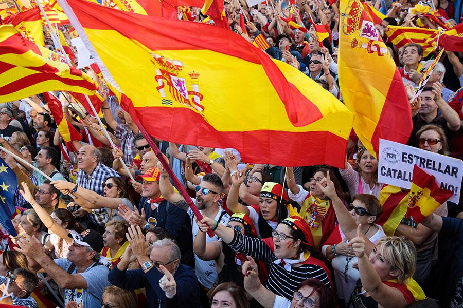 10月29日周日,巴塞隆拿民眾舉行聲勢浩大的遊行示威,支持國家統一。(Jack Taylor/Getty Images)