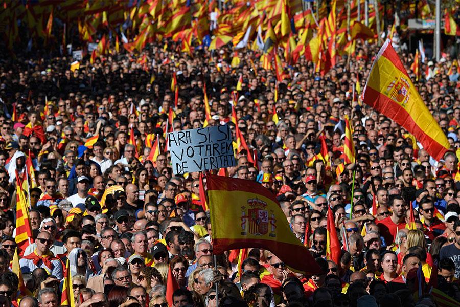 10月29日周日,巴塞隆拿民眾舉行聲勢浩大的遊行示威,支持國家統一。(LLUIS GENE/AFP/Getty Images)