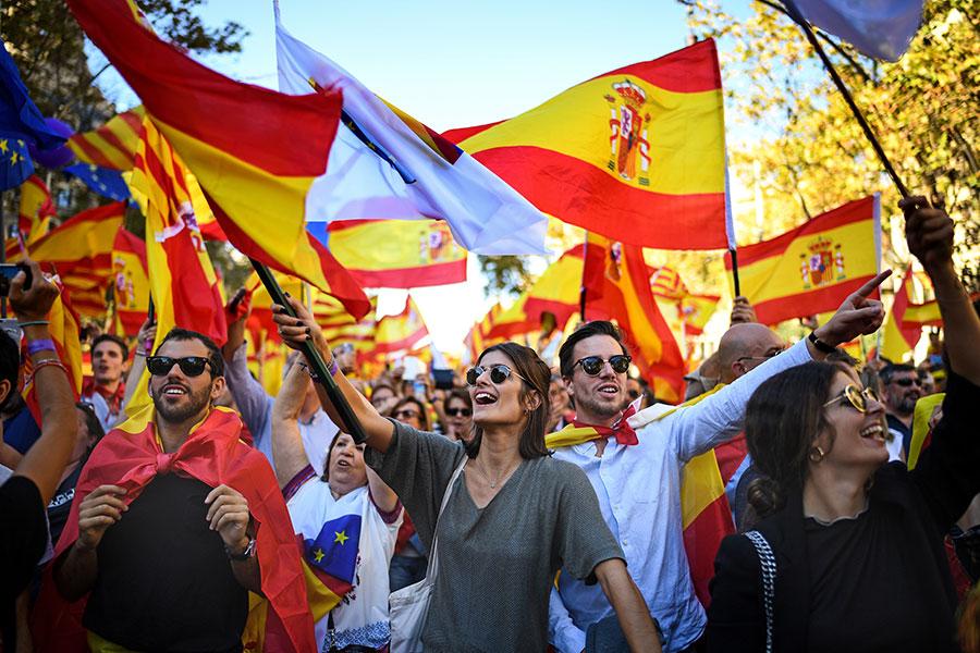 10月29日周日,巴塞隆拿民眾舉行聲勢浩大的遊行示威,支持國家統一。(Jeff J Mitchell/Getty Images)