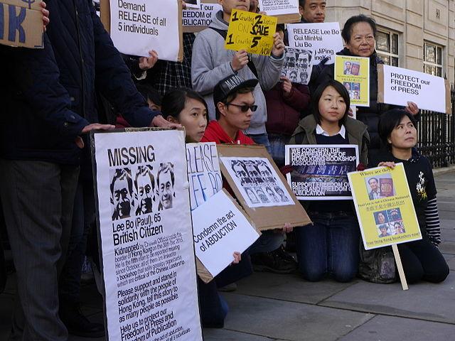 2016年1月10日民眾在倫敦中使館前抗議,要求釋放桂民海等。(Chris McKenna/維基百科)
