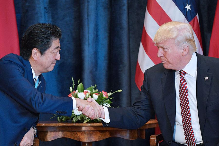 5月26日在德國舉行的G7峰會上,特朗普(右)與安倍在場外會談中。(MANDEL NGAN/AFP/Getty Images)