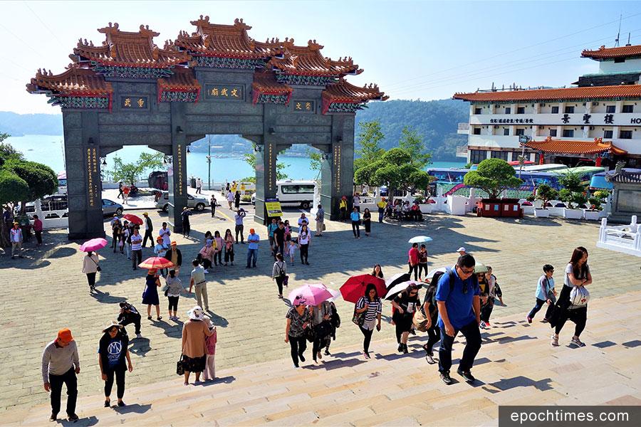 大陸十一假期過後,日月潭文武廟景點少了陸客,多了東南亞自由行觀光客。(黃玉燕/大紀元)