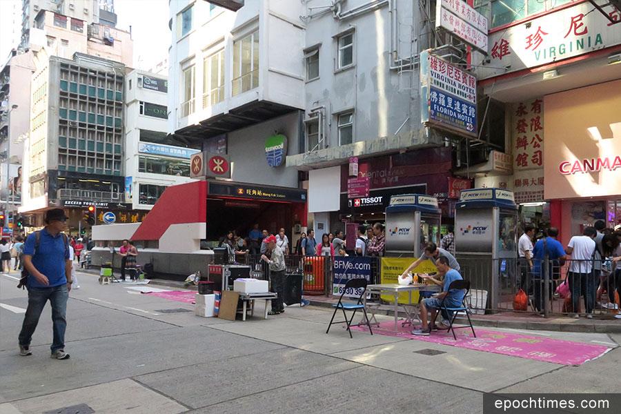 旺角行人專用區每逢開放期間,均有不少表演者在街頭高歌獻唱。(陳仲明/大紀元)