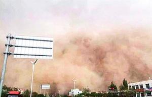 圖片新聞:甘肅遭「沙塵牆」吞噬縣城