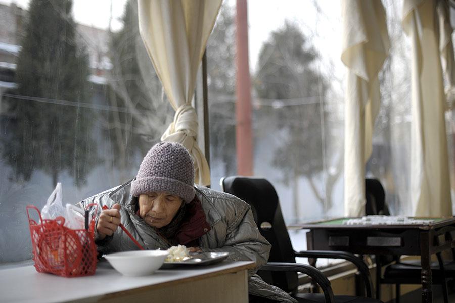 據大陸官方消息,北京老年人口增長迅速,平均每天淨增450名60歲及以上戶籍老年人。圖為一北京老人在養老院吃飯。(LIU JIN/AFP/Getty Images)