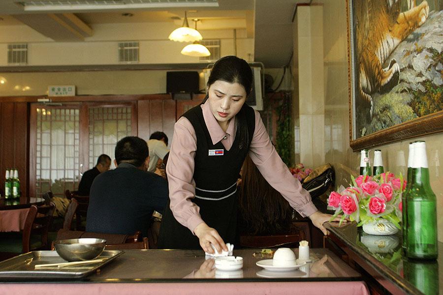 圖為位於遼寧丹東的一間北韓餐廳。(LIU JIN/AFP/Getty Images)