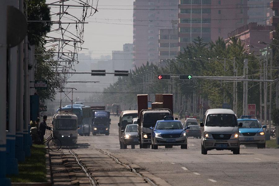 南韓統一部長官趙明均說,北韓經濟可能面臨比90年代更慘的情況。圖為北韓首都平壤的街道。(ED JONES/AFP/Getty Images)