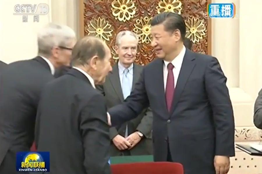 圖為習近平與美國蘋果公司行政總裁庫克握手。(視像擷圖)