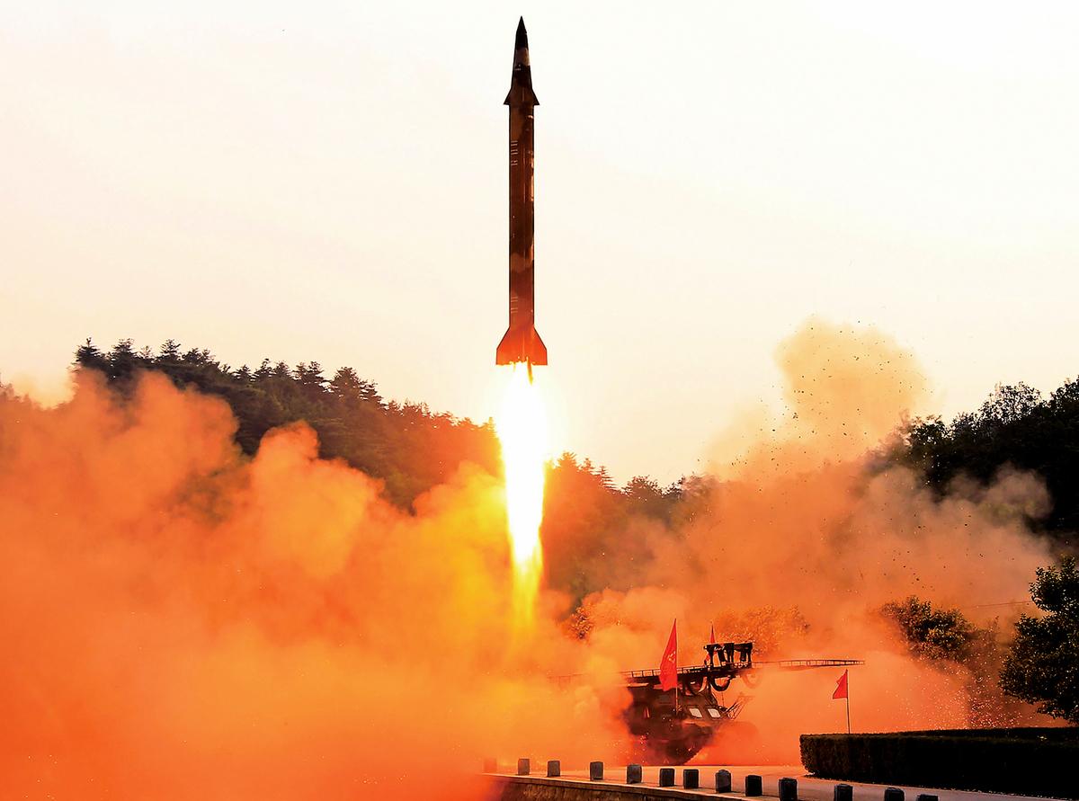 10月,美國政府首次對為北韓移動導彈提供發射架的中國公司武漢三江進行經濟制裁。美媒起底該公司是中共最大導彈製 造商中國航天科工集團的子公司。圖為北韓一張未公開地點的彈道導彈試射照。(AFP)