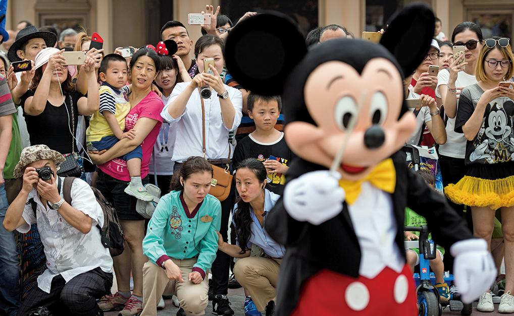 約300名共產黨員進入上海迪士尼公園工作,毫不掩飾其政治色彩。 (AFP)