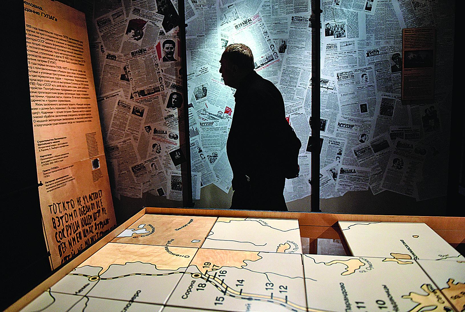 2015年10月30日,莫斯科的古拉格歷史博物館在遷入新址後首度對外開放。圖為參觀者在展廳內參觀。(VASILY MAXIMOV/AFP/Getty Images)