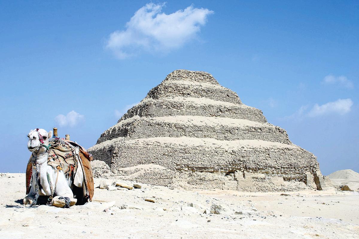 位於薩卡拉(Saqqara)的「階梯金字塔」 (Step Pyramids)。(維基百科)