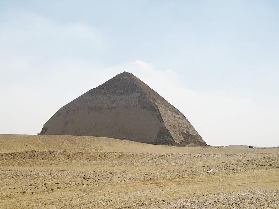 彎曲金字塔(Bend Pyramid)。(維基百科)