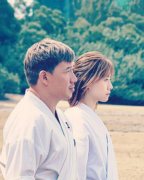 電影《空手道》劇照。左:由杜汶澤飾演的男主角陳強;右:由鄧麗欣飾演的女主角平川真理。(網絡圖片)